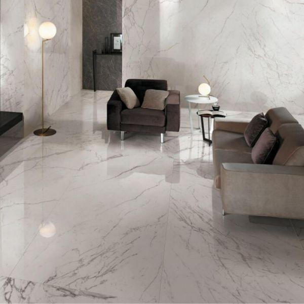 Salotto rivestito con effetto marmo bianco venato grigio, con pavimento e rivestimento marchio Atlas Concorde Marvel Calacatta Extra Lappato